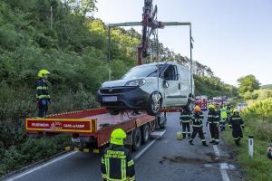 Zwei Fahrzeuginsassen nach Unfall im Pkw eingeschlossen